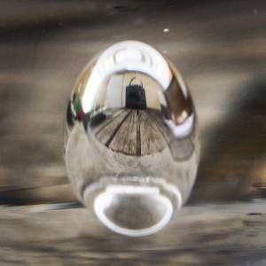 En droppe i glaset gör bordet skevt